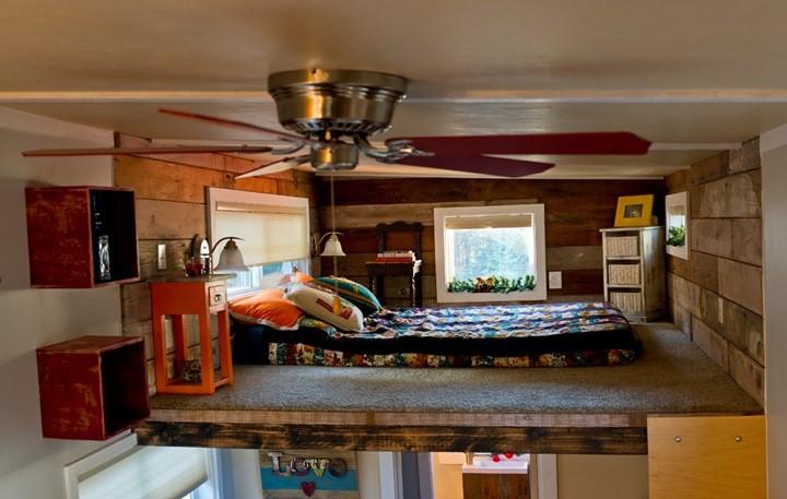 Nơi nghỉ ngơi được thiết kế phía trên gác xép với đầy đủ đồ dùng cần thiết.