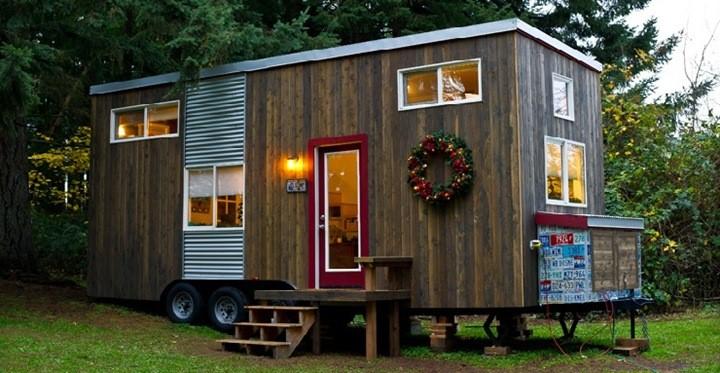 Ngôi nhà nhỏ có bánh xe phía dưới có thể di chuyển dễ dàng