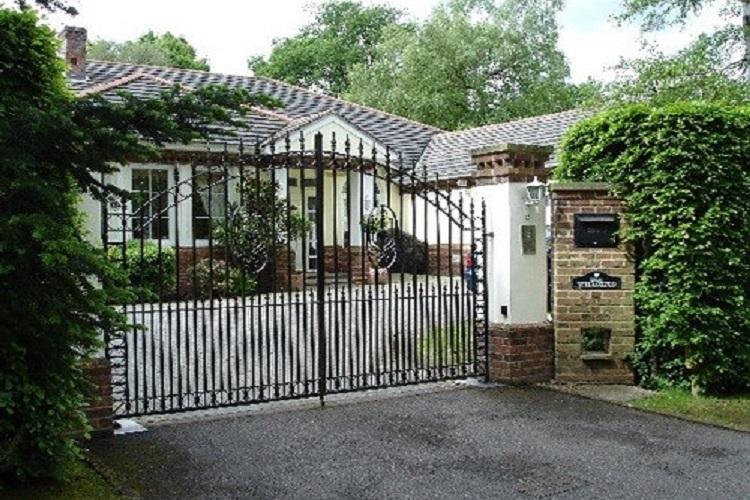 Trong khối kiến trúc tổng thể của một ngôi nhà thì cổng nhà là một phần không thể nào thiếu. Nhiều người đến giờ vẫn thắc mặc không biết cổng nhà nên mở ra hay mở vào