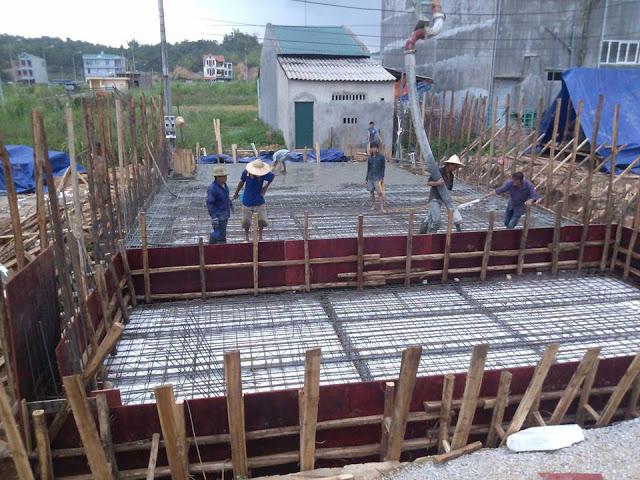 Với móng bè, bê tông được đổ theo lớp, mỗi lớp dày từ 20cm đến 30cm