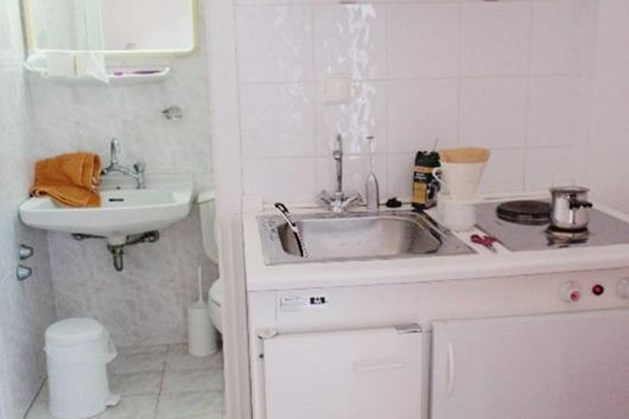 giữ vệ sinh khi bếp gần nhà vệ sinh là điều cực kì quan trọng và phải lưu ý đặc biệt.