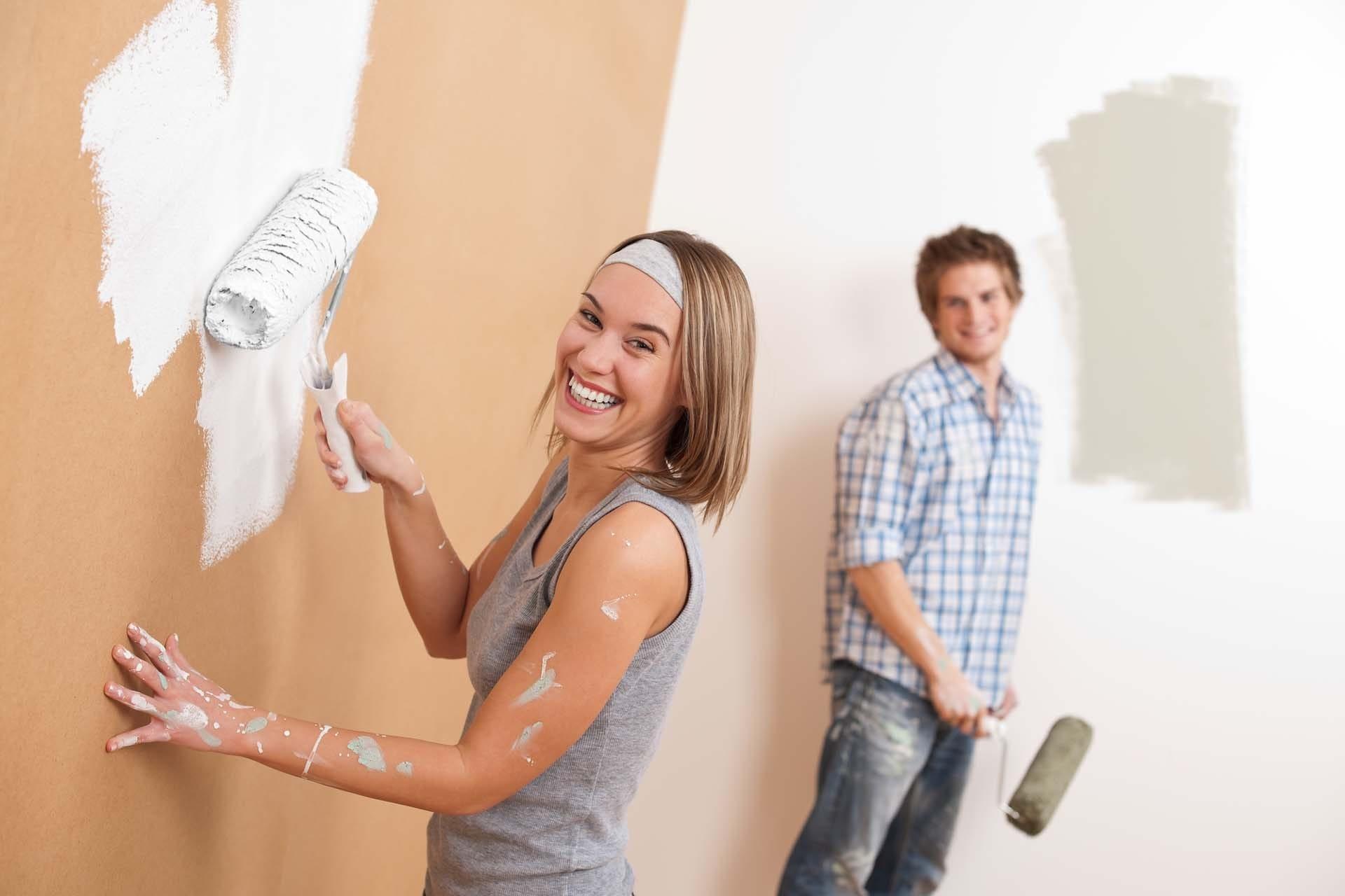 Bạn cần kiểm tra độ bám dính của lớp sơn cũ trước khi thi công sơn tường cũ
