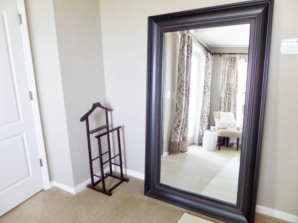 Đặt gương đối diện cửa ra vào có thể gây ra mâu thuẫn cho cuộc sống hôn nhân vợ chồng
