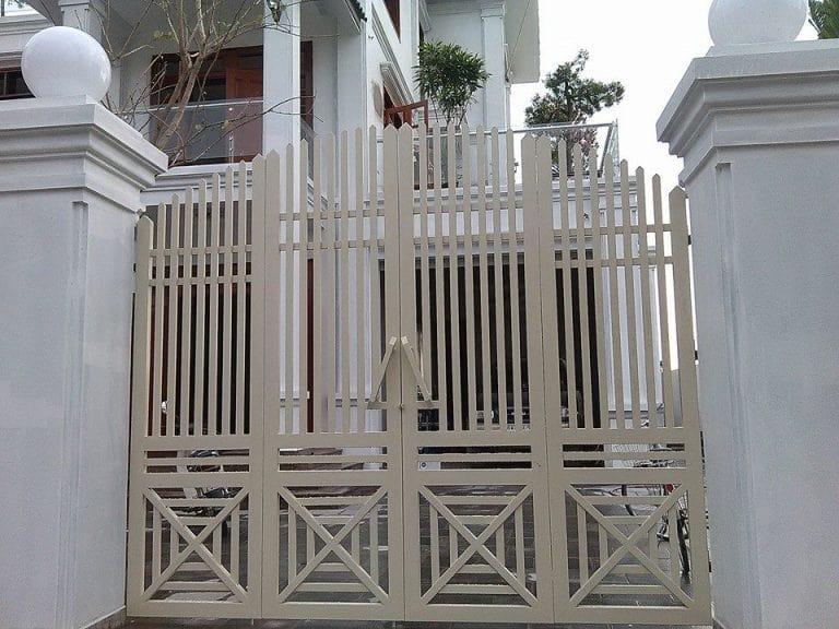 Mẫu cổng sắt 4 cánh này được thiết kế với những chi tiết đơn giản nhưng vẫn chứa đựng sự tinh tế và mềm mại