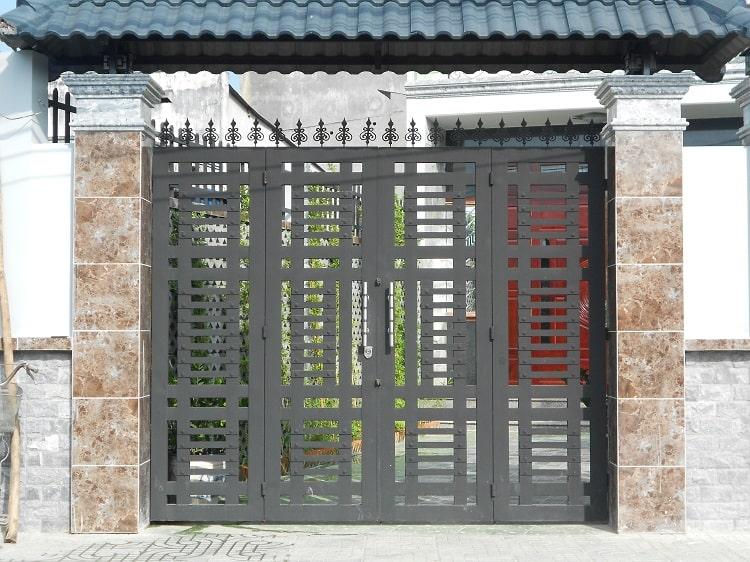 Mẫu cổng sắt được thiết kế khá đơn giản mang tới sự tinh tế và nhẹ nhàng