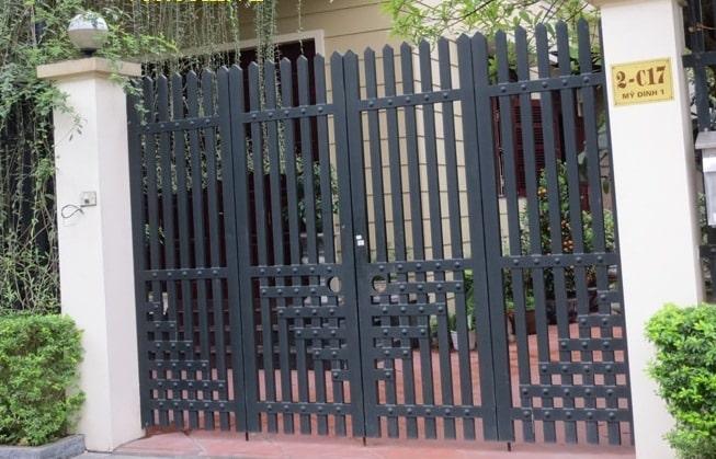 Cổng sắt đen rất phù hợp sử dụng cho gia chủ mệnh Thủy