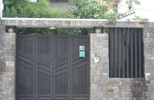 Mẫu cổng sắt này vừa đảm bảo được tính thẫm mỹ cũng như độ bền chắc, bào vệ ngôi nhà.