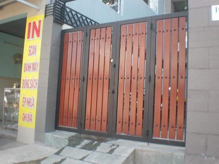 Mẫu cổng sắt với những gam màu nâu đậm rất phù hợp sử dụng cho ngôi nhà của gia chủ mệnh Thổ