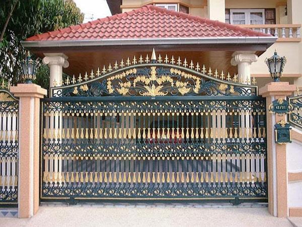 Mẫu cổng sắt 4 cánh này chắc chắn sẽ giúp ngôi nhà của bạn trở nên bề thế và sang trọng