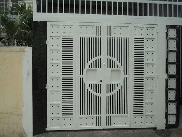 Mẫu cổng sắt 4 cánh đẹp giúp mang lại tính thẩm mỹ đồng thời giúp bảo vệ ngôi nhà khỏi sự xâm phạm từ bên ngoài