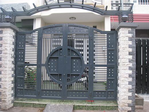 Mẫu cổng sắt 4 cánh đang được sử dụng nhiều trong các mẫu nhà phố