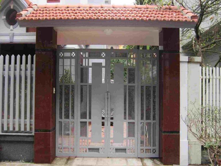 Mẫu cổng sắt 4 cánh được thiết kế khá nhỏ nhắn mang tới cho không gian sống cảm giác nhẹ nhàng nhưng vẫn đảm bảo được độ chắc chắn