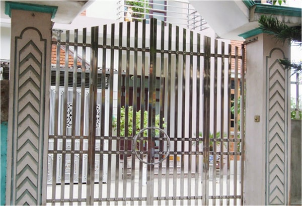 Mẫu cổng sắt này sử dụng màu trắng tạo nên sự tươi sáng, rất thích hợp với những gia chủ mệnh Thủy
