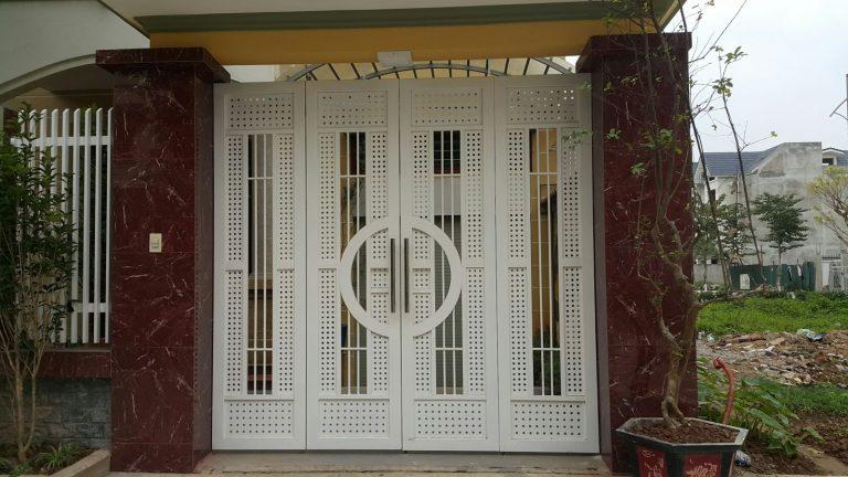 Mẫu cổng rất phù hợp với những gia đình nhà phố, có diện tích phần cổng khiêm tốn