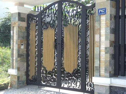 Với các chi tiết hoa văn uốn lượn, mẫu cổng sắt 4 cánh này đem tới cho ngôi nhà sự bề thế và sang trọng