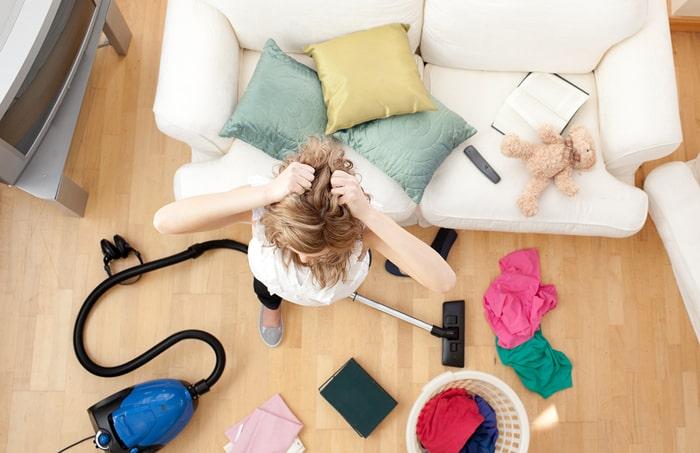 Không nên để phòng khách quá bừa bộn tránh ảnh hưởng tới sức khỏe của các thành viên