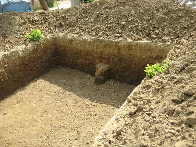 Đào đất là công việc đầu tiên khi thi công một công trình xây dựng